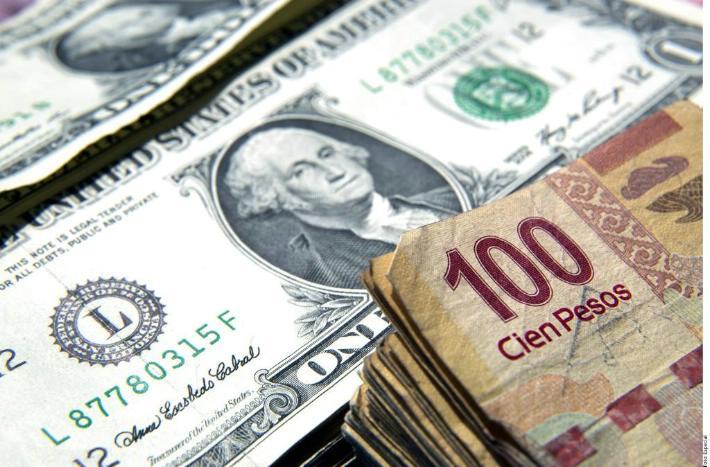 Amanece el dólar por debajo de los $20 en el AICM