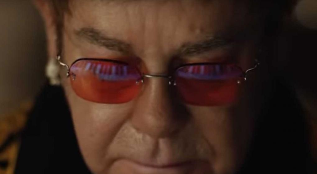Elton John se viraliza en redes con video navideño