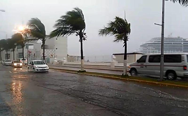 Turbonada en Playa del Carmen deja daños materiales y heridos