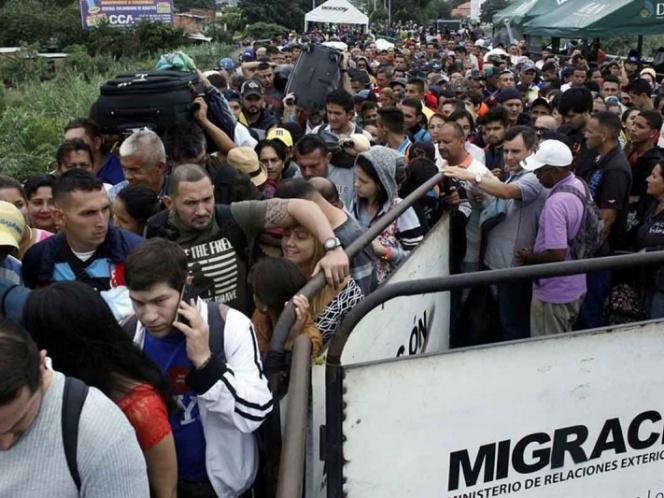 Más de 5 mil personas dejan Venezuela cada día por crisis