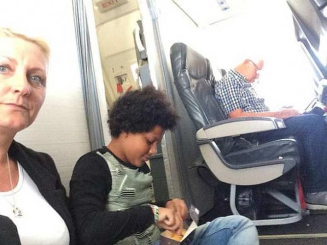 Familia viaja en el suelo de un avión