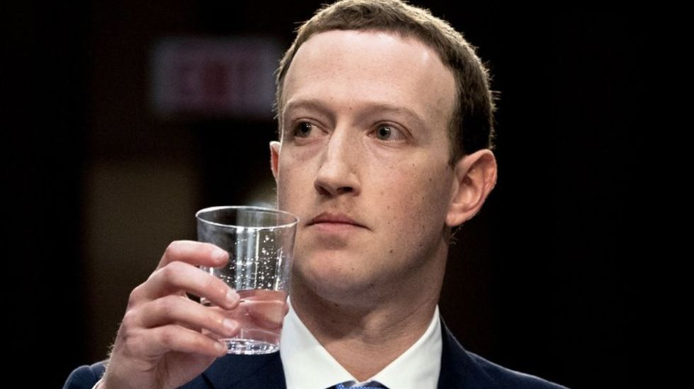 """Zuckerberg asegura que Facebook """"no vende datos personales"""" de sus usuarios"""