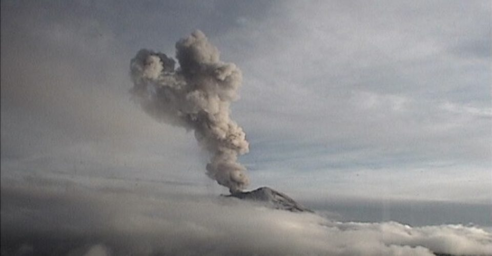 Explosión   del Popocatépetl crea caída ceniza en Puebla