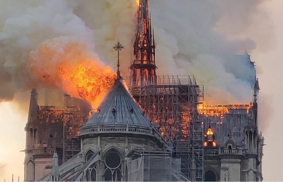 Confiesan obreros que fumaron en Notre Dame