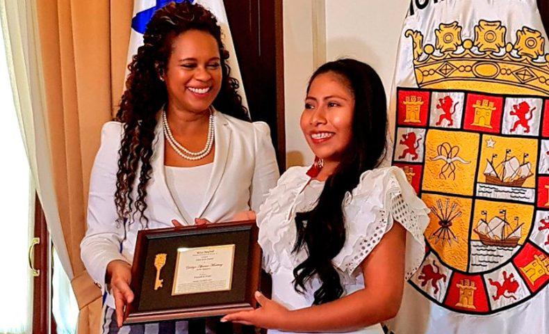 Premian a Yalitza Aparicio con la llave de Panamá