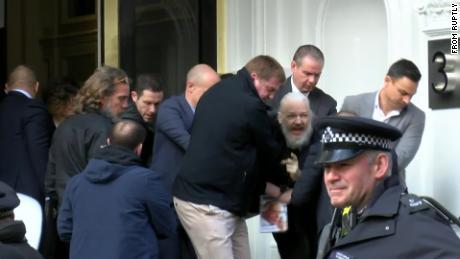 Policía británica arresta a Julian Assange