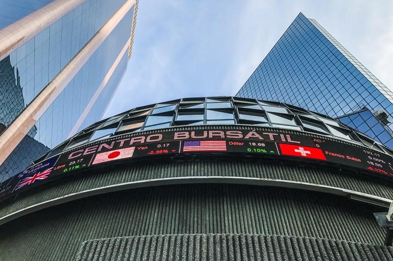 Moneda y bolsa pierden en línea con mercados globales