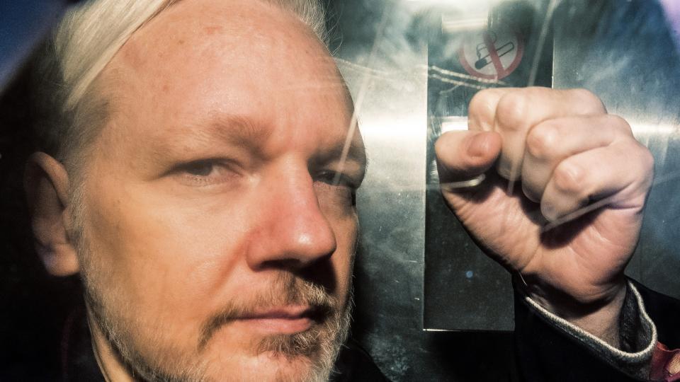 Un año de cárcel a Assange por violar libertad condicional