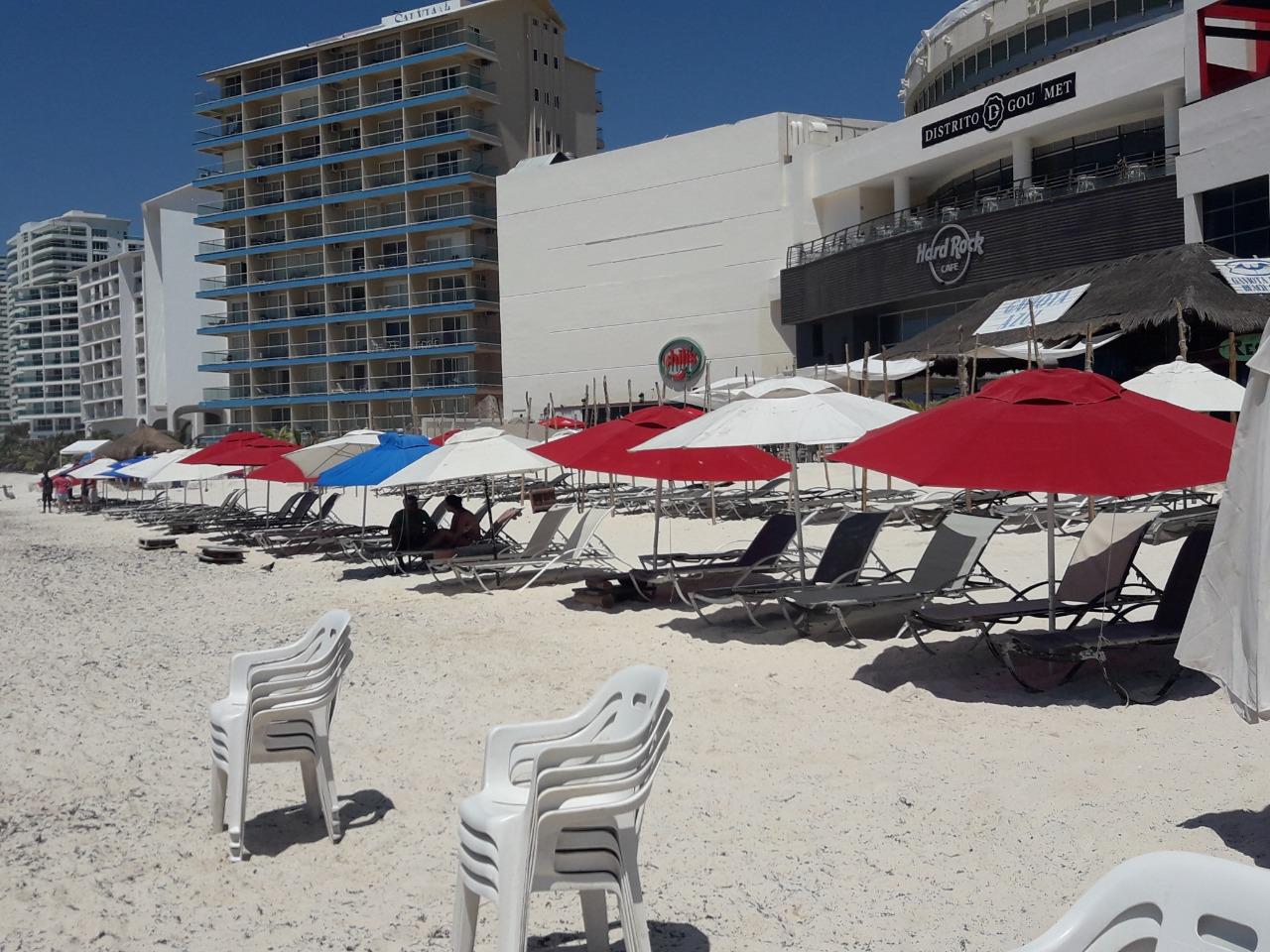 Sargazo invade playas de Cancún