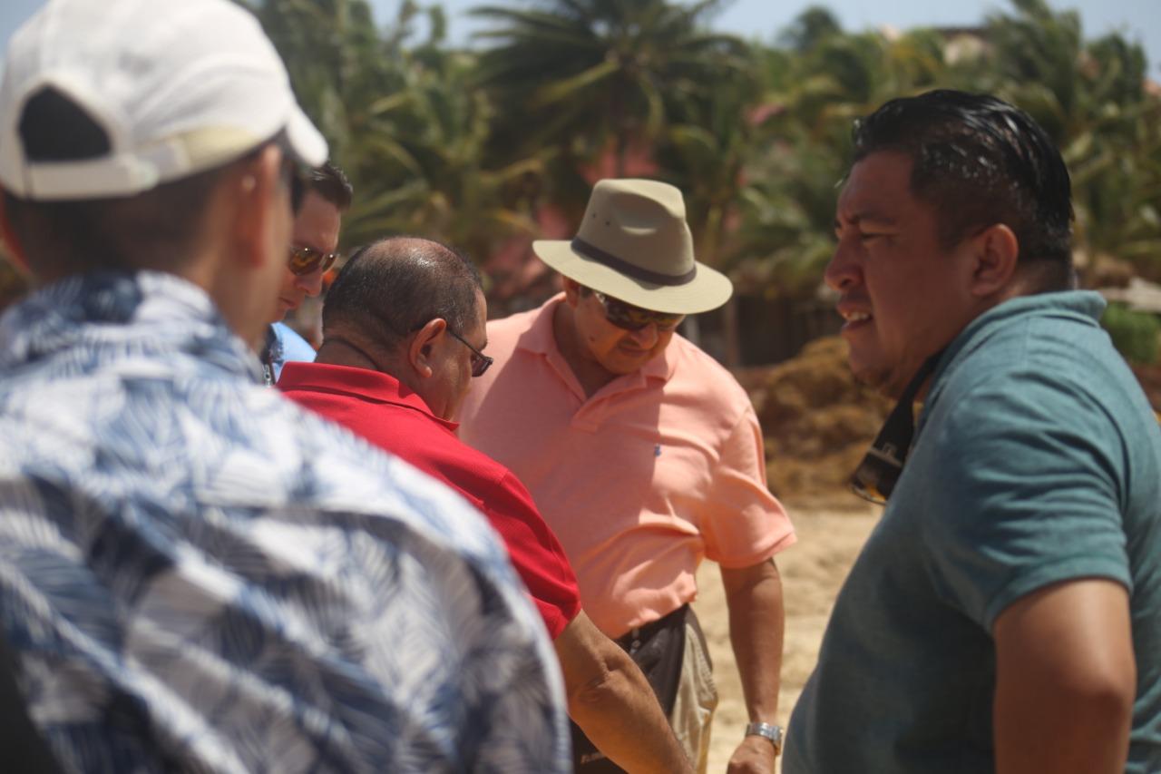 Beliceños observan procedimiento de limpieza de playas