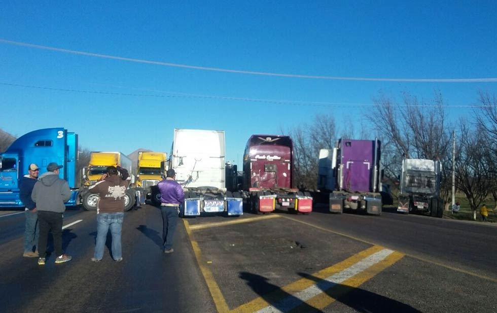 Bloquean carretera panamericana en Chihuahua
