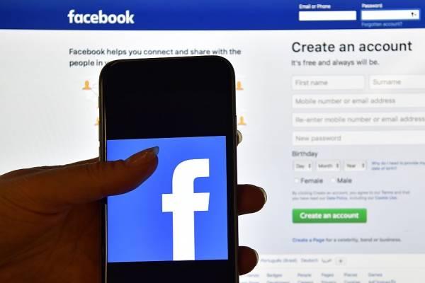 Facebook prueba el modo oscuro