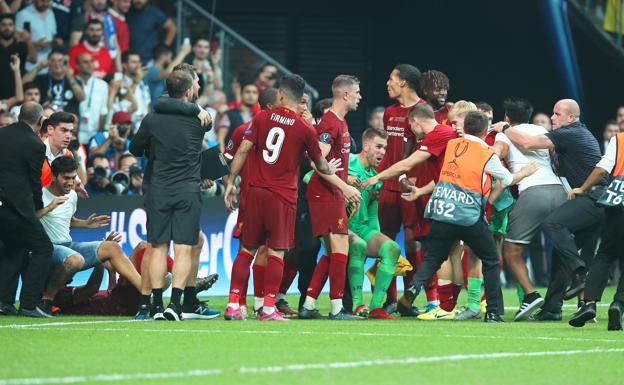 Aficionado agrede a portero del Liverpool