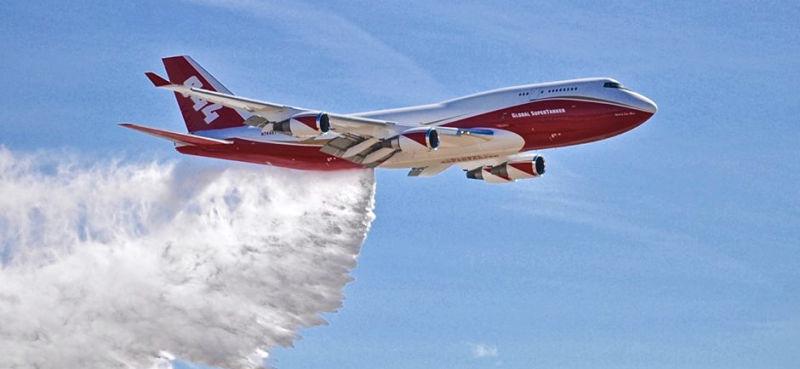 Arriba avión cisterna para combatir incendio en el Amazonas