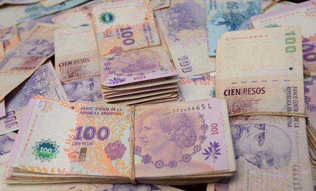 Dólar rompe el techo de los 60 pesos en Argentina