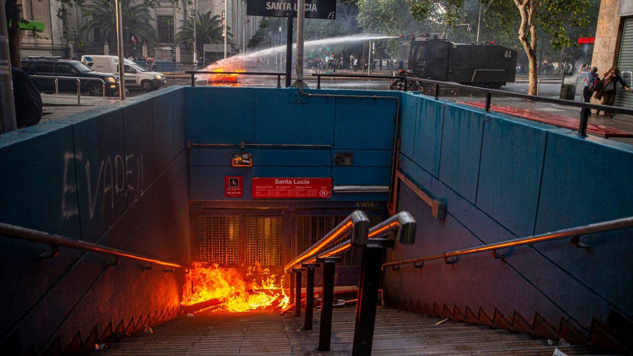 Santiago 'despierta' en estado de emergencia tras protestas por alza en precio del transporte en Chile