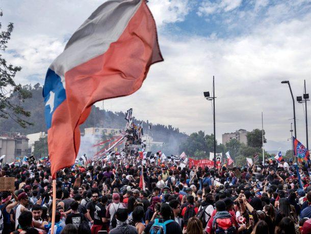 Levantan toque de queda en Chile