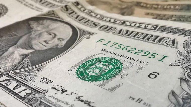 Peso retrocede ligeramente frente al dólar
