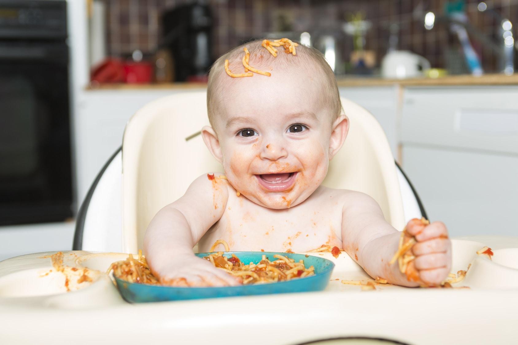 ¿Dejar que tus hijos se ensucien cuando comen? Es bueno para ellos