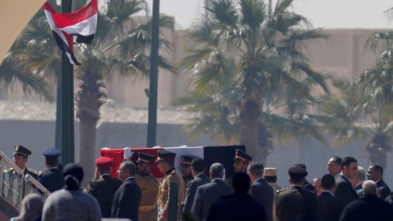 Celebra Egipto un funeral militar para Hosni Mubarak