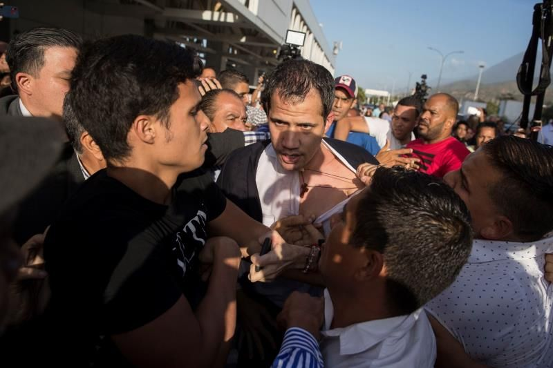 Reciben a Guaidó a golpes