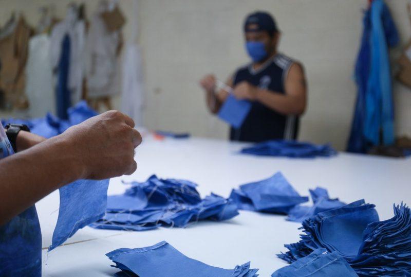 Internos de penal en Mérida fabrican cubrebocas