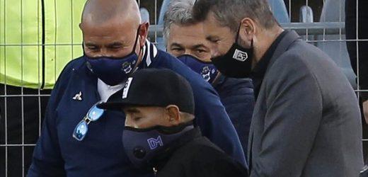 Diego Maradona sigue hospitalizado